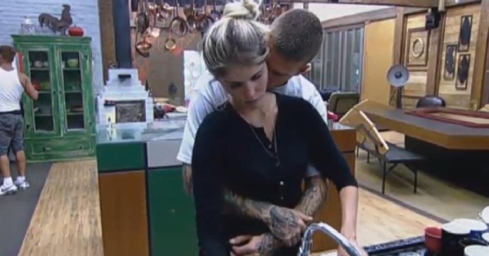 25.set.2013 -Mateus abraça Bárbara Evans