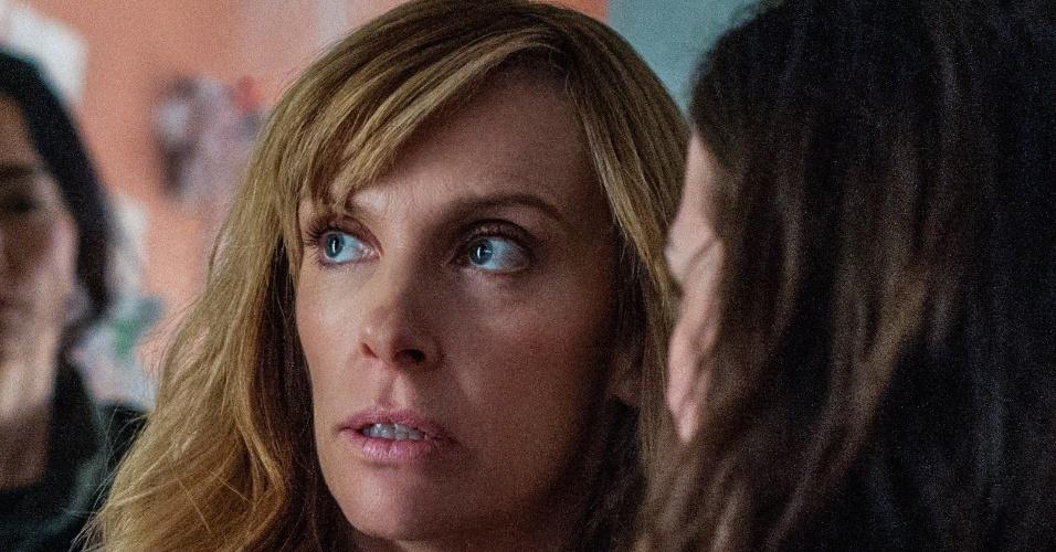 """Cena do primeiro episódio de """"Hostages"""", em que a cirurgiã Ellen Sanders e sua família são feitas reféns"""