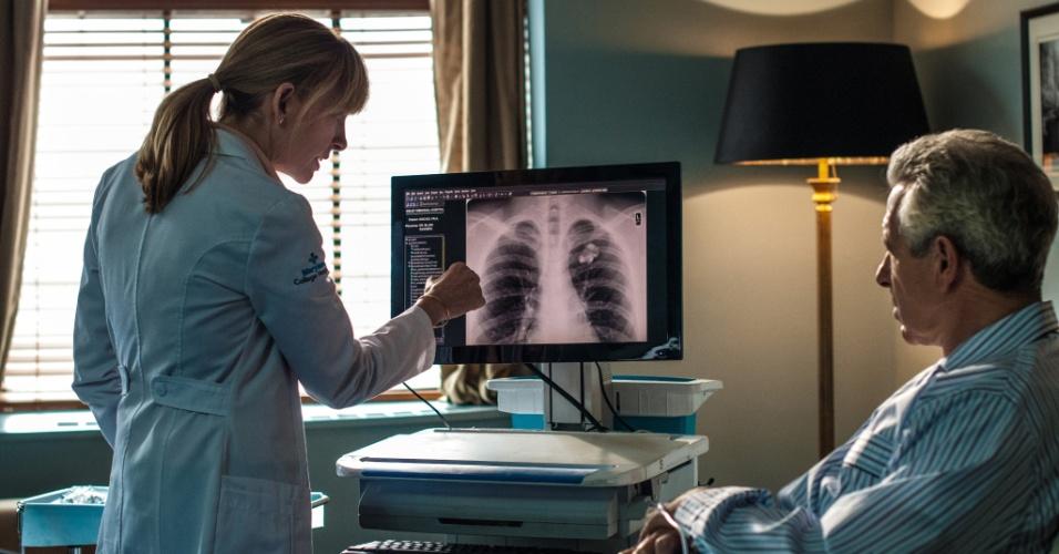 """Cena do primeiro episódio de """"Hostages"""", em que a cirurgiã Ellen Sanders explica ao presidente dos EUA seu diagnóstico"""