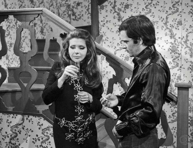 """Claudio Marzo em cena com Betty Faria, na novela """"Véu de Noiva"""" (1969)"""