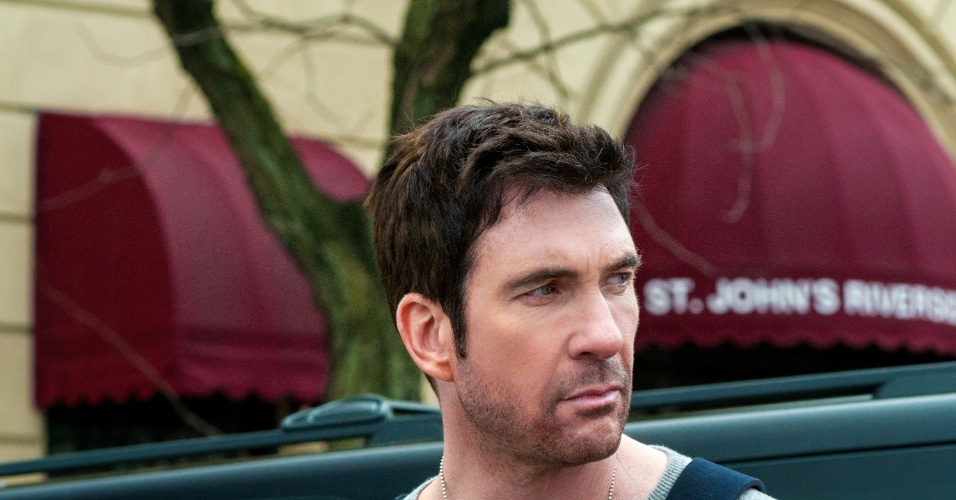 """Dylan McDermott interpreta o agente do FBI Duncan Carlisle, que mantém a família de Ellen refém na série """"Hostages"""""""