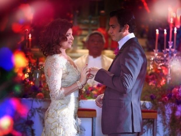 """Em """"Saramandaia"""", Stela aparece no casamento de Risoleta com Aristóbulo"""