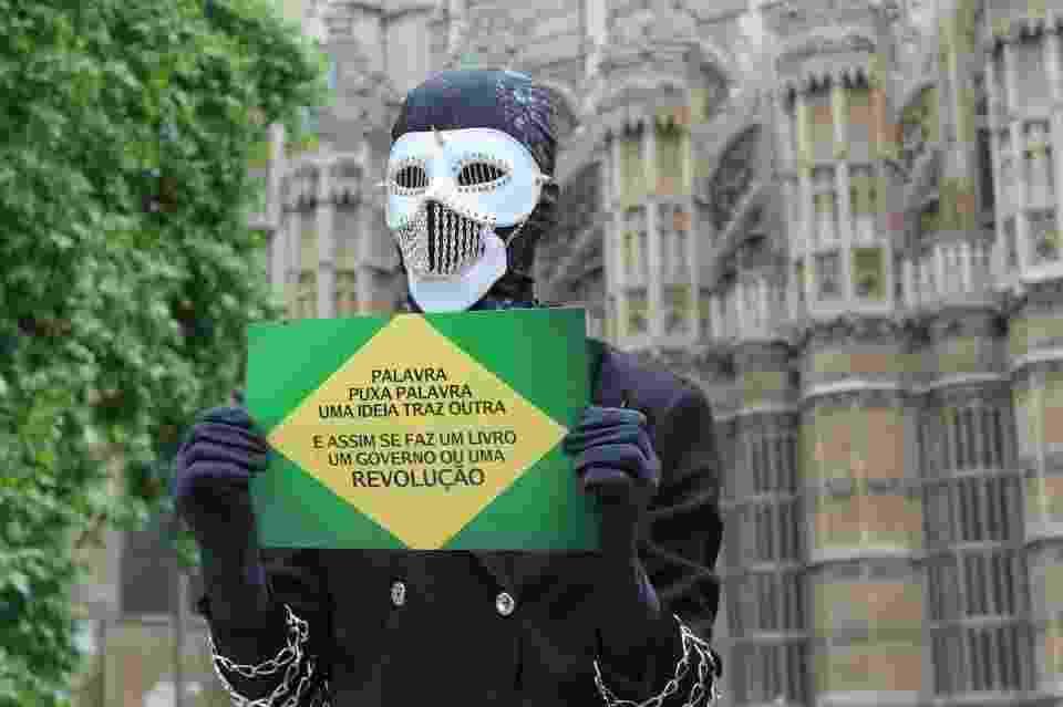 Escritor Dark Writer, autor brasileiro anônimo, não revela seu nome, idade ou gênero e aparece nas redes sociais com uma máscara. Seu livro será publicado por Barry Cunninghan, primeiro a apostar na saga Harry Potter - Reprodução