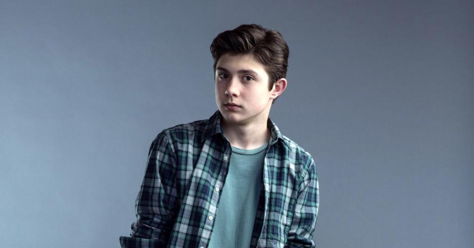 """Mateus Ward interpreta Jake, o filho da cirurgiã Ellen Sanders, cuja família é mantida refém na série """"Hostages"""""""