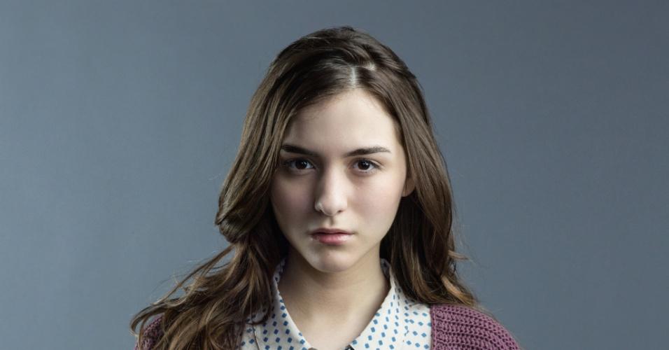 "Quinn Shephard interpreta Morgan, a filha da cirurgiã Ellen Sanders, cuja família é mantida refém na série ""Hostages"""