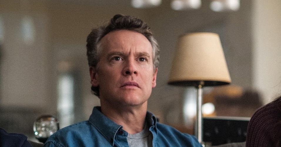 "Tate Donovan interpreta o marido da cirurgiã Ellen Sanders, cuja família é mantida refém na série ""Hostages"""