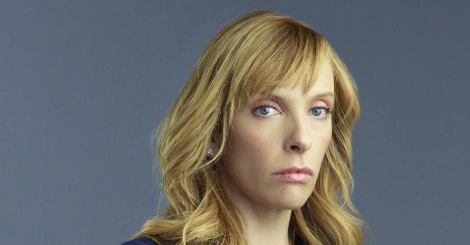 "Toni Collette interpreta a cirurgiã Ellen Sanders, cuja família é mantida refém na série ""Hostages"""