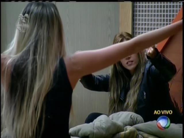 25.set.2013 - Bárbara e Denise voltaram a brigar