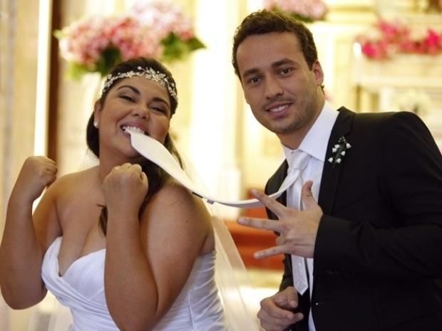 """26.set.2013 - Fabiana Karla brinca com Rodrigo Andrade na gravação do casamento de Perséfone e Daniel em """"Amor à Vida"""""""
