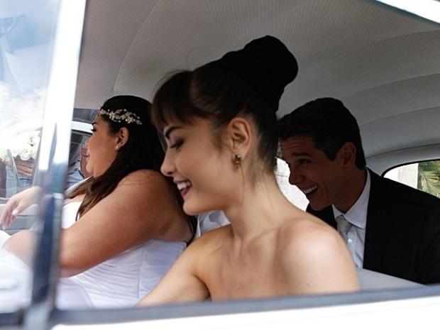 26.set.2013 - Fabiana Karla, Márcio Garcia e Maria  Casadevall se divertem no carro que leva a noiva à igreja