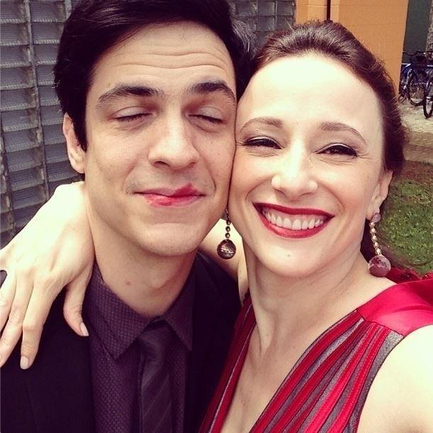 """26.set.2013 - Paula Braun se divertiu com o marido, Mateus Solano, nos bastidores de """"Amor à Vida"""""""