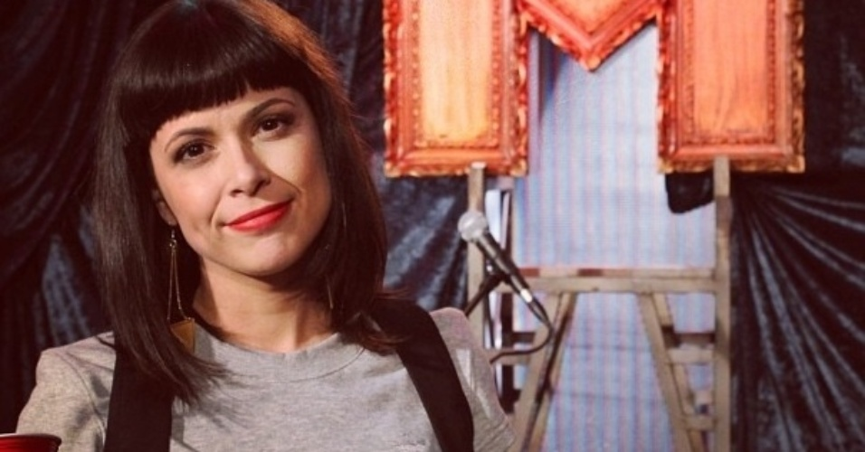 26.set.2013-  A VJ Gaía Passarelli posa na saidera da MTV