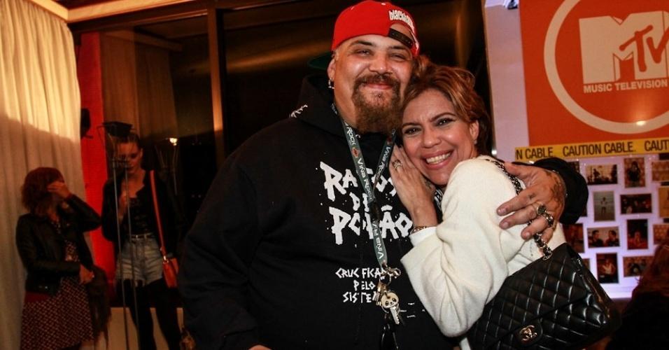 26.set.2013- Astrid Fontenelle e João Gordo posam juntos na ultima transmissão ao vivo da MTV Brasil