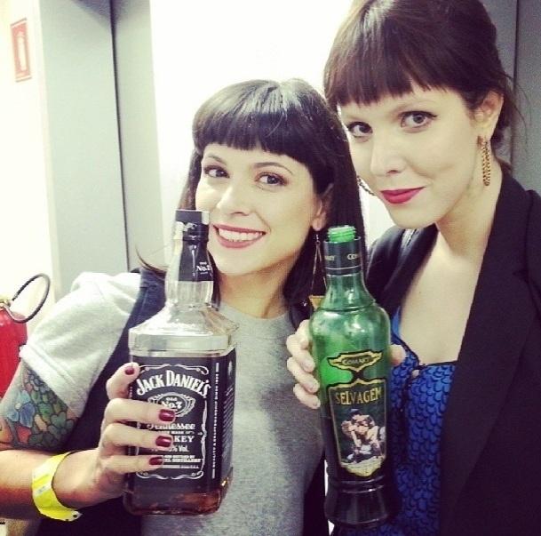 26.set.2013- Gaía Passarelli e Jana Rosa levaram bebidas para a saidera da MTV