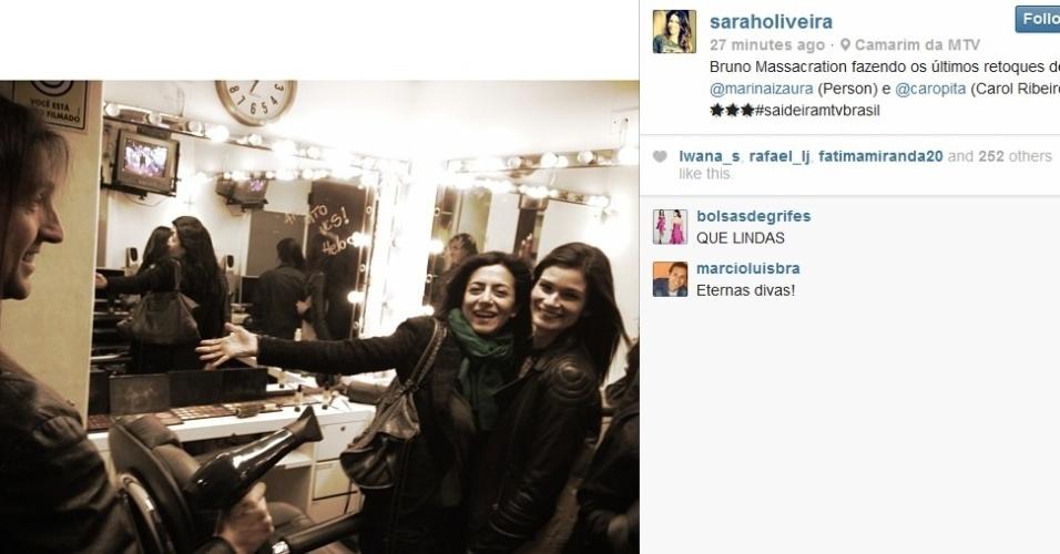 26.set.2013- Bruno Massacration fazendo os últimos retoques de Marina Person e Carol Ribeiro