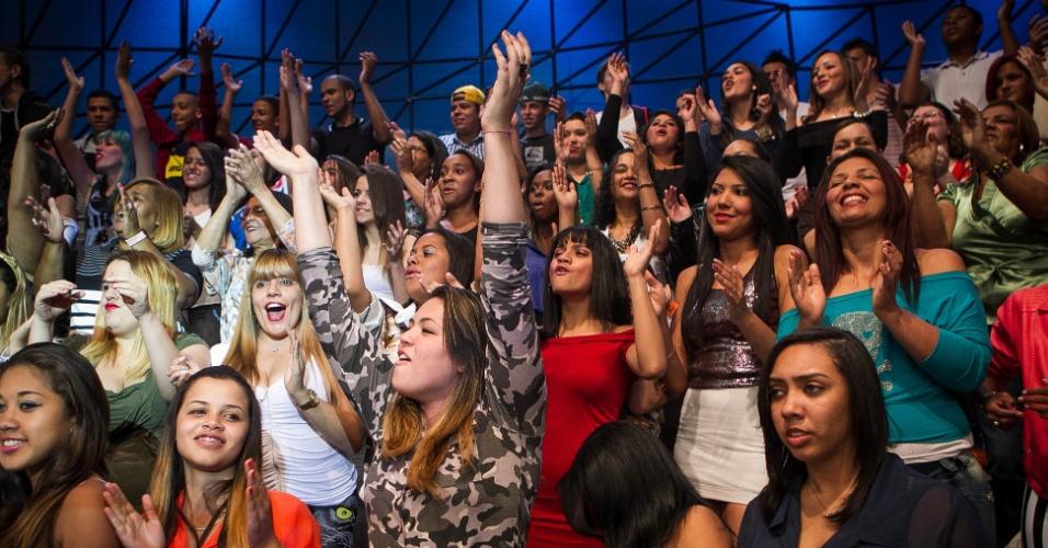 set.2013 - Depois de 4 horas de espera, animadores de plateia oferecem autógrafos e CDs para que a plateia nem desanime nas próximas 3 horas de gravação e grite ainda mais