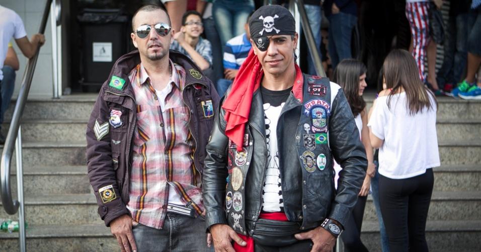 """set.2013 - A dupla de pop romântico, Alex & Chain resolveram participar do programa """"Os Legendários"""" para divulgarem a banda. """"A gente está atrás de um lançamento, de um empresário. Talento a gente já tem"""", afirmou o cabeleireiro Alex Kid ao UOL. """"A gente se veste assim para chamar a atenção. Toda semana tentamos ir em um programa"""", contou Chain, que além de carreira de músico, fabrica motos há 3 anos no bairro de Guarulhos"""