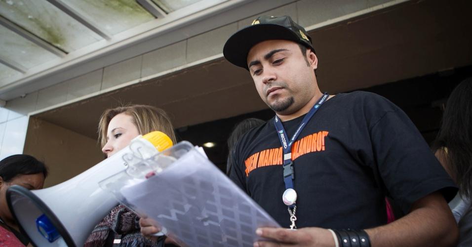"""set.2013 -  O animador de plateia, Anderson Souza, organiza 300 pessoas antes das gravações do programa """"Os Legendários"""""""