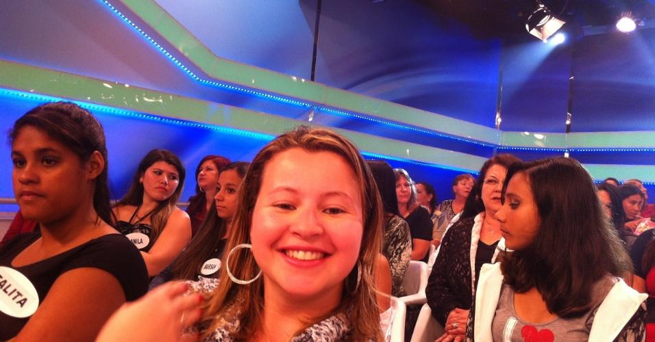 """set.2013 - """"O clima de alegria é sensacional, dá pra perceber que as pessoas se envolvem com tudo que acontece no palco. Ver o Silvio agradecendo a plateia, mostrando que você não é apenas um auditório, e sim, uma colega de trabalho, emociona. Ele conquista gerações e gerações. Minha avó era caravanista, minha mãe foi e eu frequento alguns programas"""", contou a administradora de empresas, Mariana Gonçalves, 26, que aproveitou o período de férias no trabalho, para acompanhar uma gravação"""