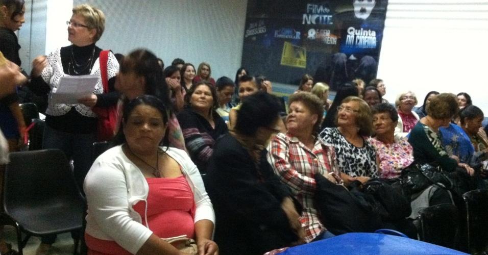 """set.2013 - No estúdio 3 do SBT, fãs de Silvio Santos aguardam sentadas a gravação do programa do """"patrão"""""""