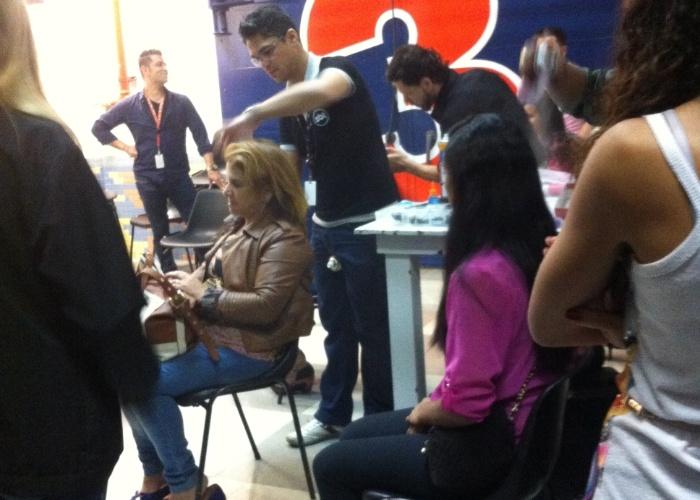 """set.2013 - No estúdio 3 do SBT, fãs de Silvio Santos recebem os cuidados dos cabeleireiros e maquiadores da emissora, antes de começarem a gravar o programa do """"patrão"""""""
