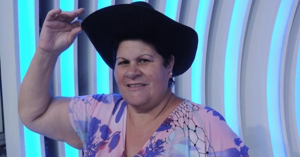 """set.2013 - """"Lurdona"""", como é conhecida, orgulha-se ao posar com os chapéus que ganhou da dupla Chitãozinho & Xororó e ao mostrar as fotos que tem ao lado de Silvio Santos"""