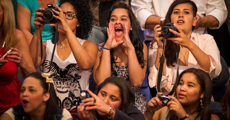 """set.2013 - """"Estou desempregada e gosto do programa, por isso vim"""", disse Angélica Melo, 20 anos (à esquerda)"""