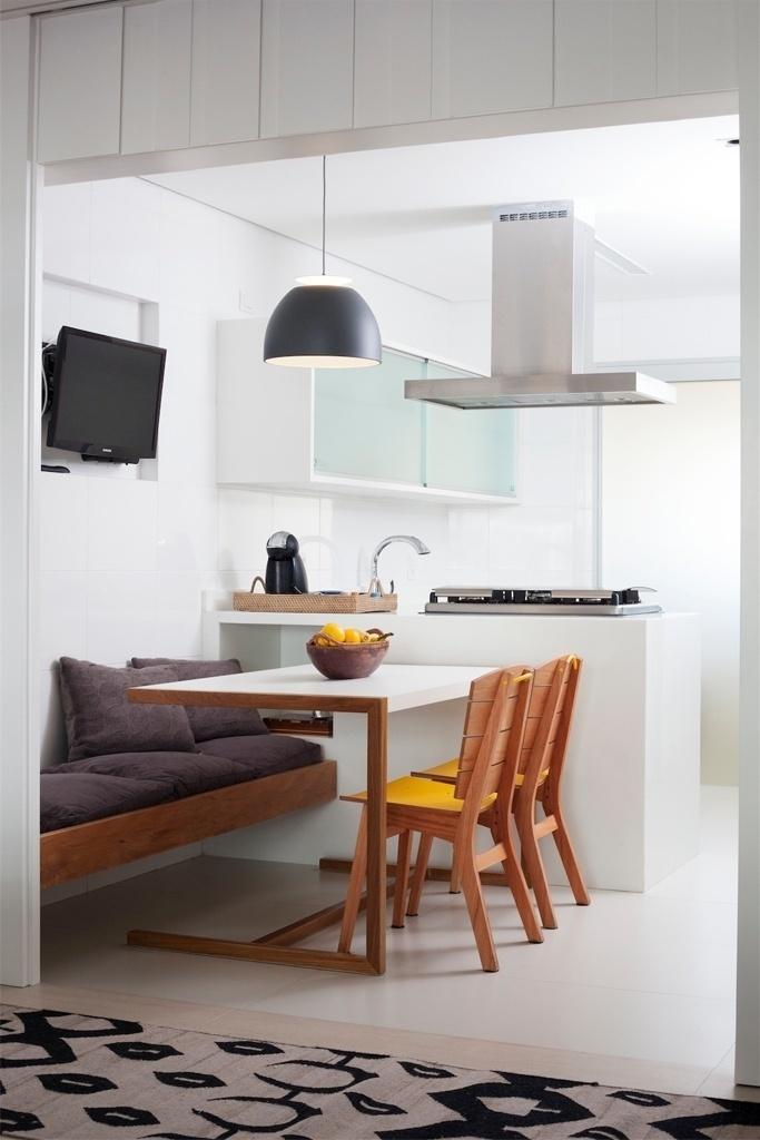 A composição da copa-cozinha se dá através de uma base branca,