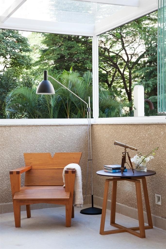 Após reforma do apartamento no bairro de Perdizes, em São Paulo, parte da varanda - que no projeto original era descoberta - ganhou uma cobertura de vidro. A escolha feita pelas arquitetas Débora Stefanelli e Pérola Machado proporcionou mais aconchego, mas manteve a luminosidade natural do local para leituras