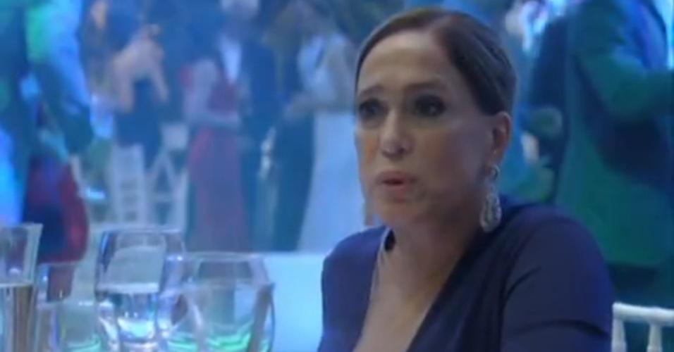 """Em """"Amor à Vida"""", Pilar se revolta ao ver Paloma conversar com Aline"""