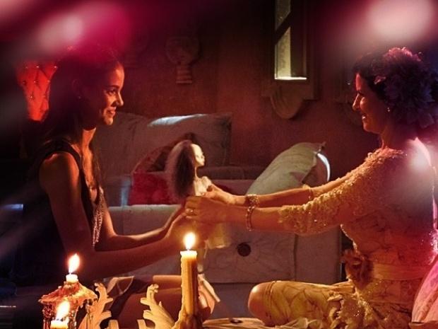 """Em """"Saramandaia"""", Risoleta presenteia Stela com boneca e se emociona"""