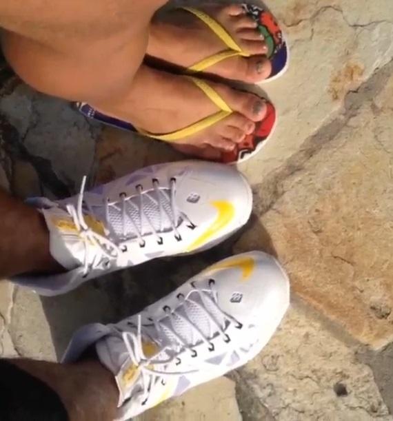 R26.set.2013- Pelo Instagram, o cantor publicou um vídeo do hotel e dos pés do casal