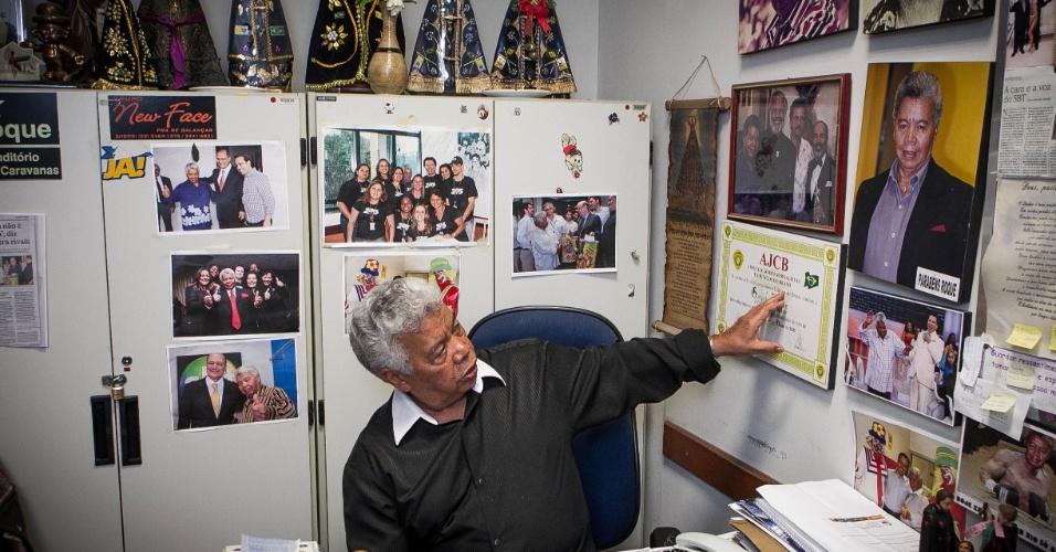 24.set.2013 - Com 75 anos, Roque Gonçalo faz questão de mostrar o diploma que ganhou da Associação dos Jornalistas e Críticos do Brasil