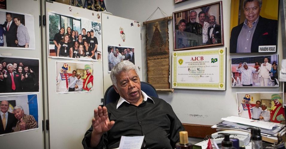 24.set.2013 - Com 75 anos, Roque Gonçalo posa em sua sala no SBT repleta de fotos. O local é uma espécie de acervo do SBT e reúne memórias dos 58 anos de carreira na televisão do diretor de auditório