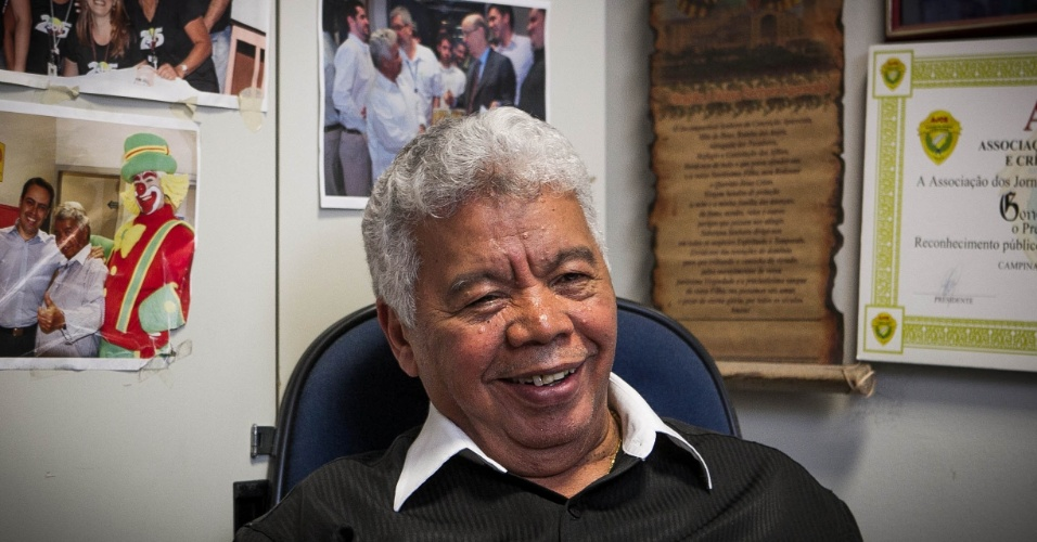 24.set.2013 - Com 75 anos, Roque Gonçalo posa em sua sala no SBT repleta de fotos. O local é uma espécie de acervo do SBT e reúne memórias de 58 anos de carreira na televisão do diretor de auditório