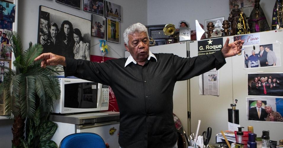 24.set.2013 - Com 75 anos, Roque Gonçalo posa em sua sala no SBT repleta de fotos. O local é uma espécie de acervo do SBT e reúne memórias de 58 anos de carreira na televisão