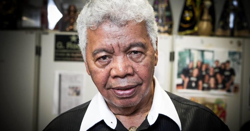 24.set.2013 - Com 75 anos, Roque Gonçalo posa para fotos em sua sala no SBT repleta de fotos. O local é uma espécie de acervo do SBT e reúne memórias de 58 anos de carreira na televisão