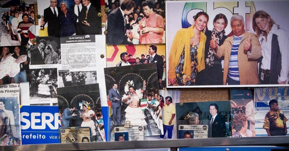 24.set.2013 -  No acervo de Roque tem imagens do animador de plateia com as herdeiras de Silvio Santos e com diversos famosos. Em uma das imagens, Roque aparece fantasiado de Carmem Miranda em um dos programas de Silvio