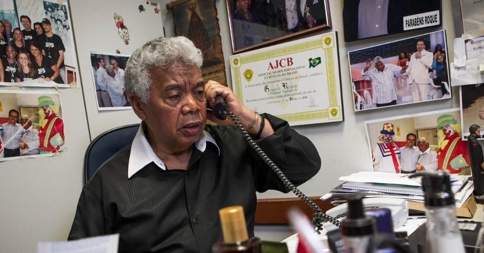 24.set.2013 - Roque Gonçalo é um homem requisitado nos estúdio do SBT. Na imagem ele conversa com o jornalista Nelson Rubens