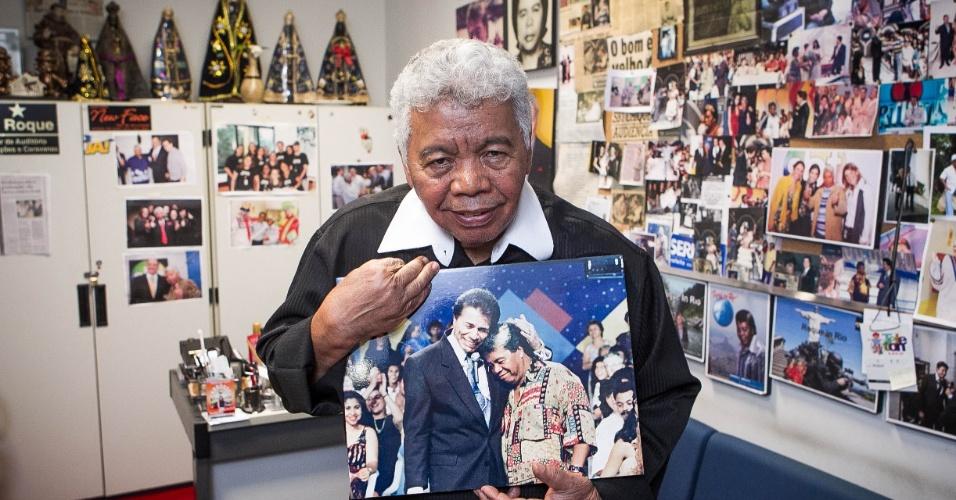 """24.set.2013 - Roque Gonçalo trabalha com Silvio Santos há 58 anos e orgulha-se de seu trabalho no SBT. """"Cuido do bem mais precioso do Silvio, o público"""", afirma o diretor de auditório, responsável por coordenar 12 pessoas"""
