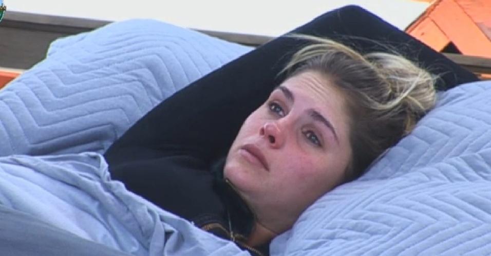 26.set.2013 - Bárbara Evans chorando por causa de Mateus Verdelho