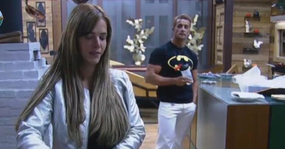 26.set.2013 - Denise Rocha e Marcos Oliver discutindo na cozinha
