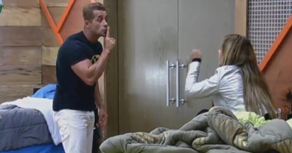26.set.2013 - Marcos Oliver discutindo com Denise Rocha