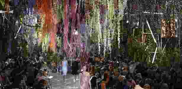 Para apresentar seu desfile de Verão 2014, a Dior montou um jardim no Museu Rodin, em Paris. Com flores coloridas que despencavam do teto e plantas envolvendo os convidados, o desfile também mostrou estampas delicadas e uma cartela de cores inspirada pelas flores - AFP