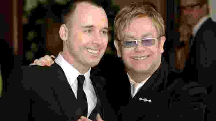 27.set.2013- O cantor britânico Elton John (à direita) ao lado do produtor David Furnish, após cerimônia de casamento civil dos dois em Windsor, no subúrbio de Londres em 2005 - AFP - AFP