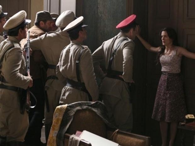 """Em """"Joia Rara"""", Amélia e comunistas são presos logo após filha de Gaia nascer"""