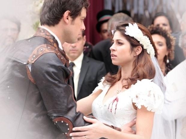 """Em """"Saramandaia"""", após casamento, Marcina é atingida por tiro de Zico"""