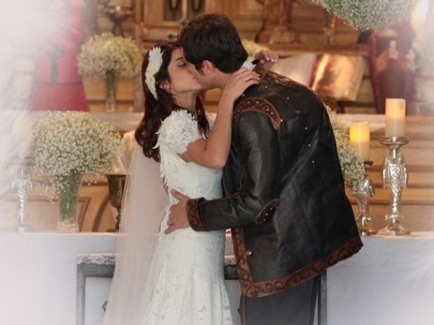 """Em """"Saramandaia"""", Gibão e Marcina se casam"""
