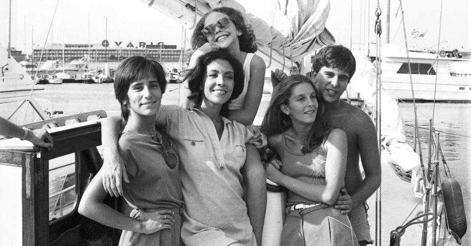 """Glória Pires, Angela Leal, Isabela Garcia, Maria Padilha e Jorge Fernando em cena da novela """"Água Viva"""", que volta ao ar no canal Viva"""