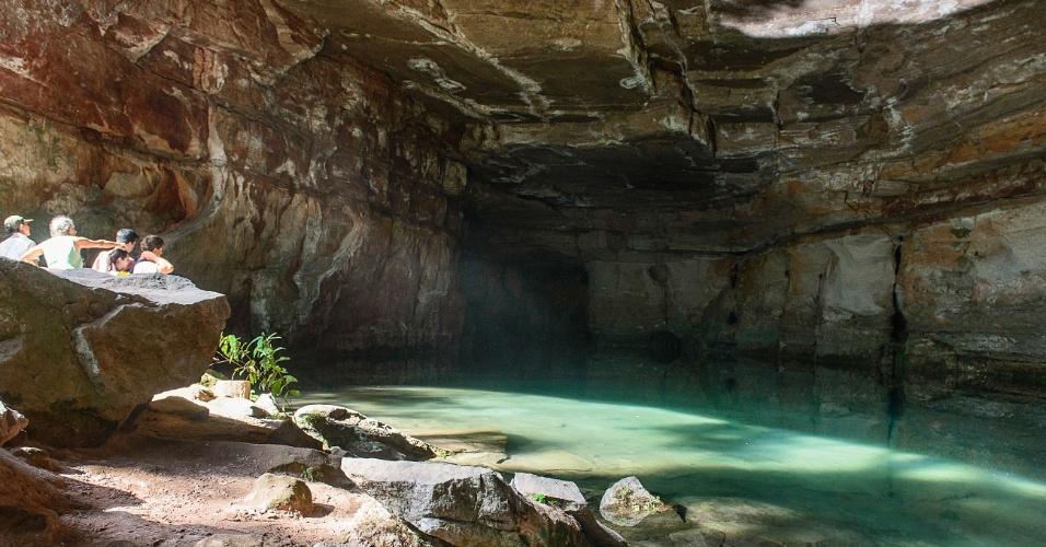 Lagoa Azul se forma dentro de caverna na Chapada dos Guimarães. Fundo calcário faz com que tom de água fique azulado. Sol inside iluminando a gruta e mostrando a água transparente durante a tarde